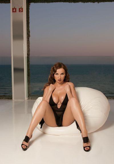 Все те же Playboy, Maxim и иже с ним всегда рады показать тело Анфисы народу